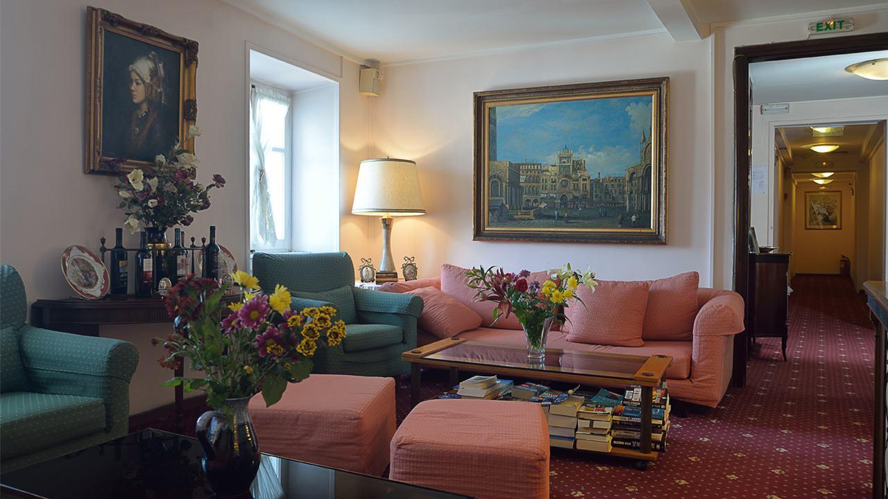 Konstantinoupolis hotel corfu town lounge area